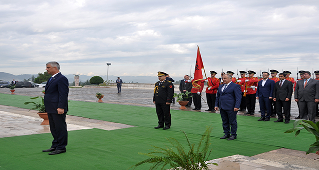 Presidenti i Kosovës vizitë tek Varrezat e Dëshmorëve